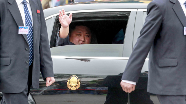 Nhìn từ cái vẫy tay chào của Chủ tịch Triều Tiên ở Việt Nam - Ảnh 1.