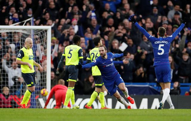 Tân binh Higuain tỏa sáng, Chelsea đè bẹp Huddersfield - Ảnh 1.
