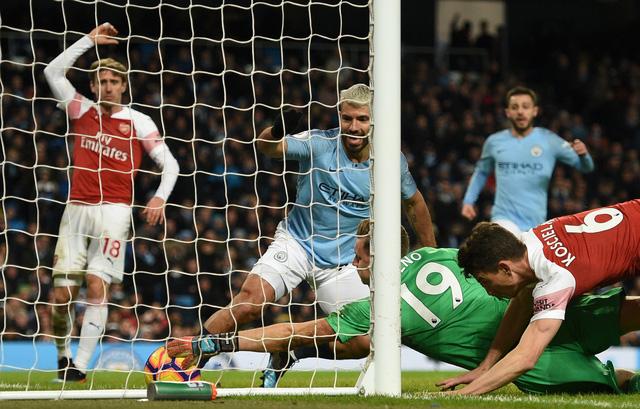Aguero thừa nhận bóng chạm tay khi ghi bàn vào lưới Arsenal - Ảnh 1.