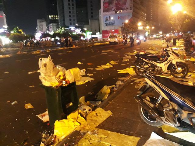 Bến Bạch Đằng rác và rác chưa từng thấy sau đêm giao thừa - Ảnh 1.