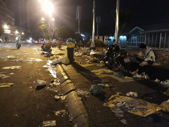 Bến Bạch Đằng rác và rác chưa từng thấy sau đêm giao thừa - Ảnh 3.