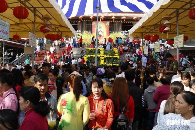 Hàng ngàn người về chùa Hưng Thiền dùng lộc chay miễn phí - Ảnh 5.