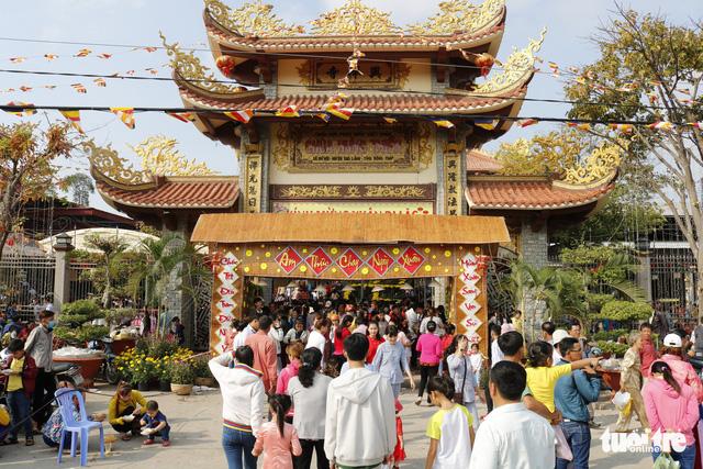 Hàng ngàn người về chùa Hưng Thiền dùng lộc chay miễn phí - Ảnh 1.