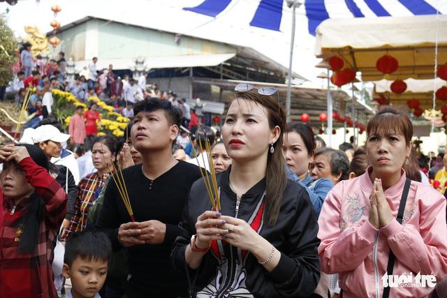 Hàng ngàn người về chùa Hưng Thiền dùng lộc chay miễn phí - Ảnh 4.