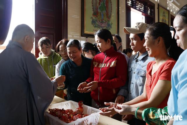 Hàng ngàn người về chùa Hưng Thiền dùng lộc chay miễn phí - Ảnh 6.