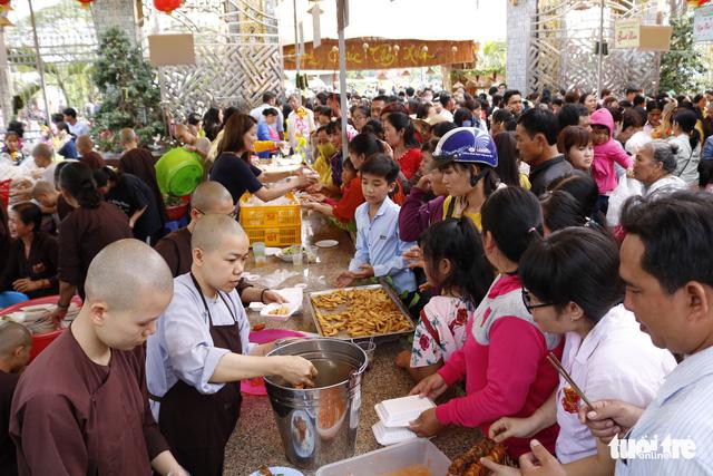 Hàng ngàn người về chùa Hưng Thiền dùng lộc chay miễn phí - Ảnh 3.