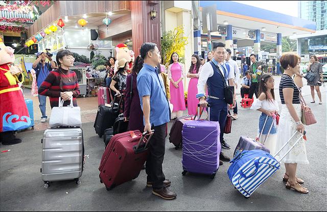 Hàng vạn du khách rời thành phố lên đường chơi Tết - Ảnh 1.