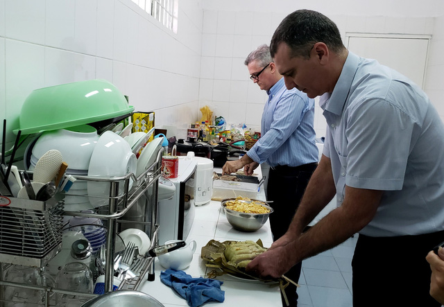 Bác sĩ Cuba lần đầu đón tết Việt - Ảnh 2.