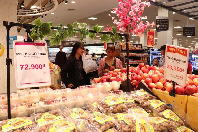 Mùng 2, khách nườm nượp đổ về siêu thị, trung tâm thương mại - Ảnh 2.