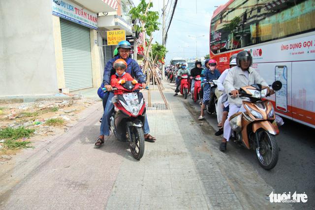 Khách từ Sài Gòn về miền Tây quá đông, cầu Rạch Miễu ngộp xe cộ - Ảnh 3.
