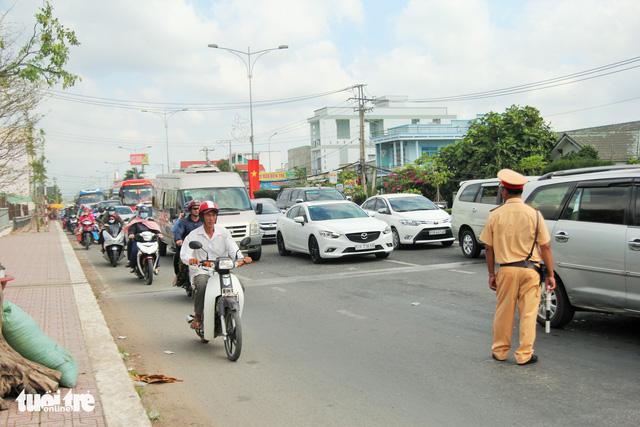 Khách từ Sài Gòn về miền Tây quá đông, cầu Rạch Miễu ngộp xe cộ - Ảnh 4.