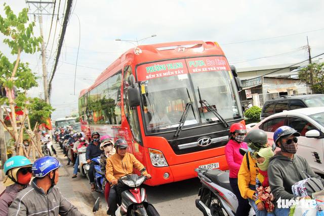 Khách từ Sài Gòn về miền Tây quá đông, cầu Rạch Miễu ngộp xe cộ - Ảnh 5.