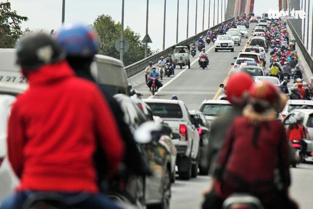 Khách từ Sài Gòn về miền Tây quá đông, cầu Rạch Miễu ngộp xe cộ - Ảnh 6.