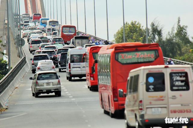 Khách từ Sài Gòn về miền Tây quá đông, cầu Rạch Miễu ngộp xe cộ - Ảnh 1.