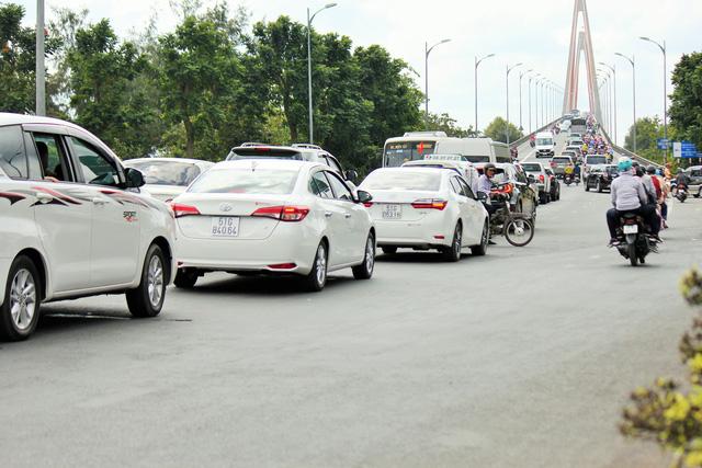 Khách từ Sài Gòn về miền Tây quá đông, cầu Rạch Miễu ngộp xe cộ - Ảnh 7.