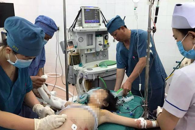 Mùng 1 tết bé gái bị vỡ gan, lách khi chơi tàu lượn siêu tốc - Ảnh 1.