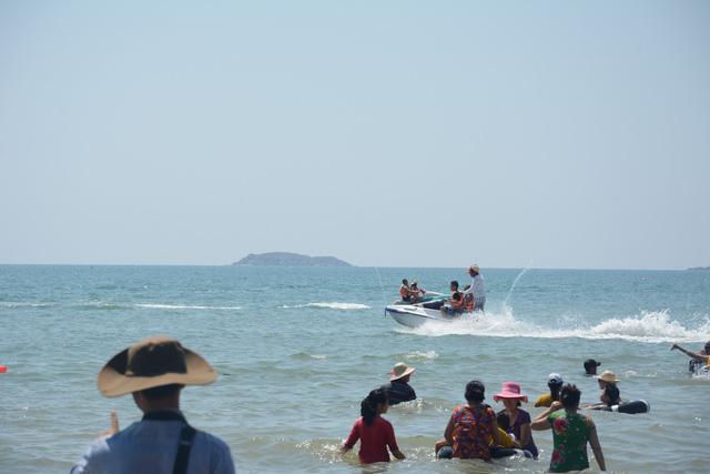 Du khách nườm nượp đổ về biển Mũi Né - Ảnh 3.
