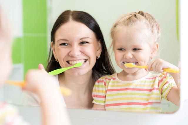 Hướng dẫn chăm sóc răng miệng cho trẻ theo từng độ tuổi - Ảnh 1.