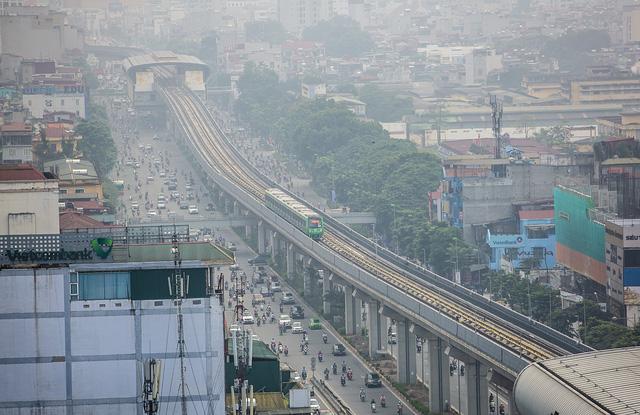 Hà Nội sẽ thí điểm cấm xe máy trên tuyến đường có Metro và BRT - Ảnh 1.