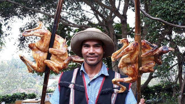 Du khách thưởng thức miễn phí cơm lam, gà nướng, rượu cần - Ảnh 2.