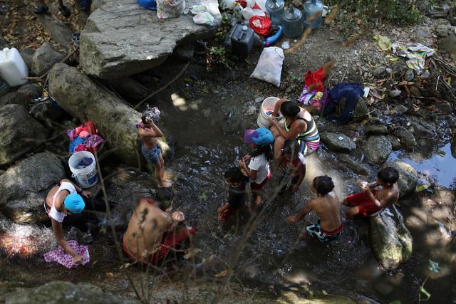 Venezuela cáo buộc Mỹ gây mất điện 6 ngày, trục xuất các nhà ngoại giao - Ảnh 1.