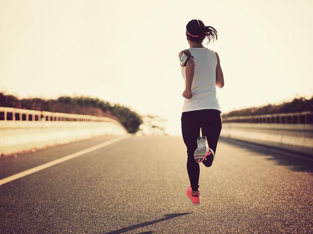 Lời khuyên uống nước cho người hay chạy bộ - Ảnh 1.