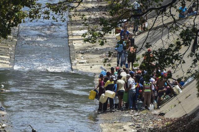 Mất điện, người dân Venezuela phải lấy nước thải để sinh hoạt - Ảnh 1.