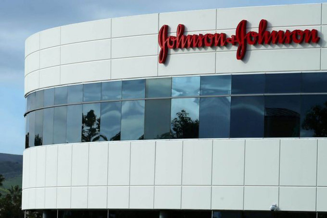 Phấn rôm chứa amiăng, Johnson & Johnson phải bồi thường 29,4 triệu USD - Ảnh 1.
