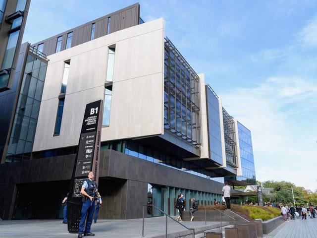 Dẫn giải nghi phạm chính hai vụ xả súng tại New Zealand - Ảnh 1.