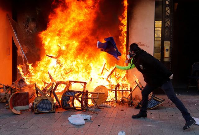 Biểu tình áo vàng' bất ngờ bạo lực với hàng ngàn người mặc đồ đen - Ảnh 1.