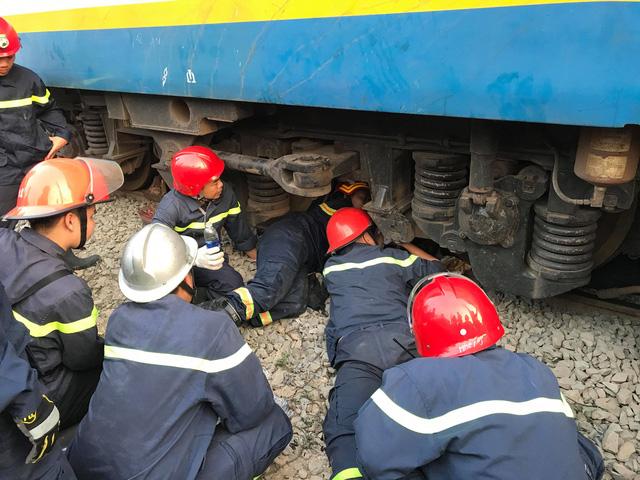 Kịch tính giải cứu người đàn ông mắc kẹt dưới gầm tàu hỏa - Ảnh 1.