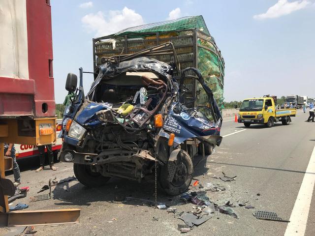 Húc đuôi xe container trên cao tốc, xe tải nát đầu, 2 người chết kẹt trong xe - Ảnh 2.