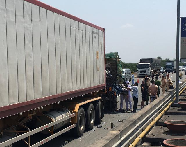 Húc đuôi xe container trên cao tốc, xe tải nát đầu, 2 người chết kẹt trong xe - Ảnh 1.