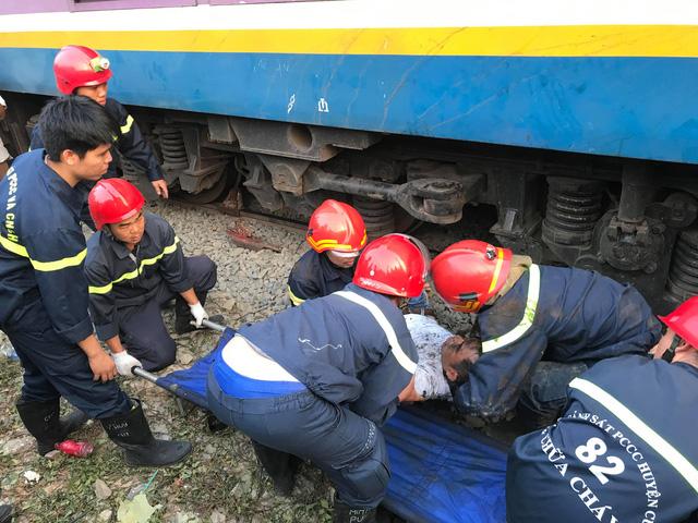Kịch tính giải cứu người đàn ông mắc kẹt dưới gầm tàu hỏa - Ảnh 2.