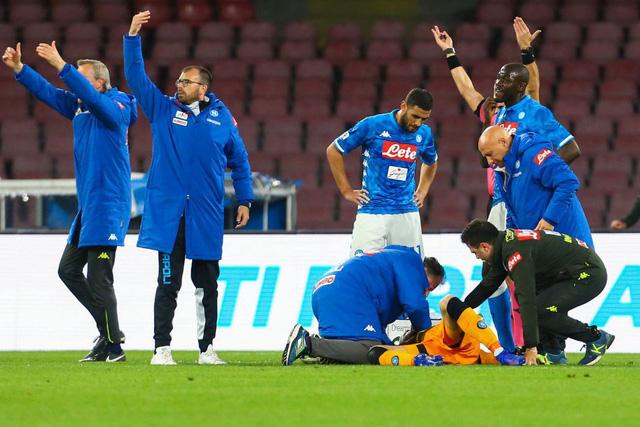 Thủ môn thuộc biên chế Arsenal gục ngã trên sân vì chấn thương đầu - Ảnh 2.