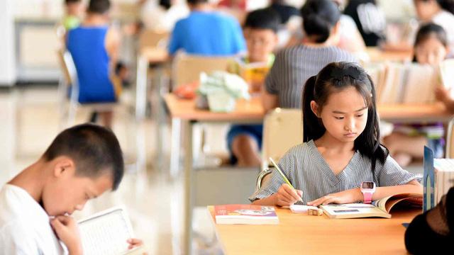 Học sinh Trung Quốc sẽ được dạy về chứng khoán từ tiểu học - Ảnh 1.