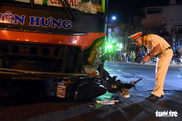 Xe khách tông ngang rồi kéo lê xe máy gần 50m, một người chết tại chỗ - Ảnh 1.