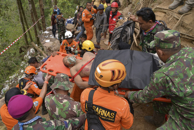 Thảm cảnh của gần 36 người đang kẹt trong mỏ vàng sập tại Indonesia - Ảnh 1.
