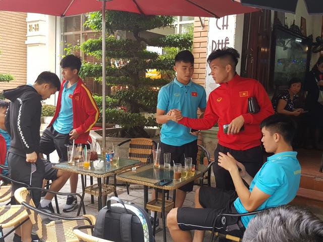 Cầu thủ U-23 tranh thủ chia tay nhau trước khi đổi khách sạn - Ảnh 2.