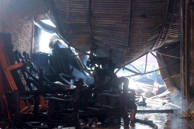 Đồng Nai: Xưởng sơn cháy lớn, dân hốt hoảng khuân tài sản ra ngoài - Ảnh 1.