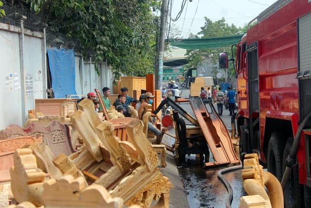 Đồng Nai: Xưởng sơn cháy lớn, dân hốt hoảng khuân tài sản ra ngoài - Ảnh 2.
