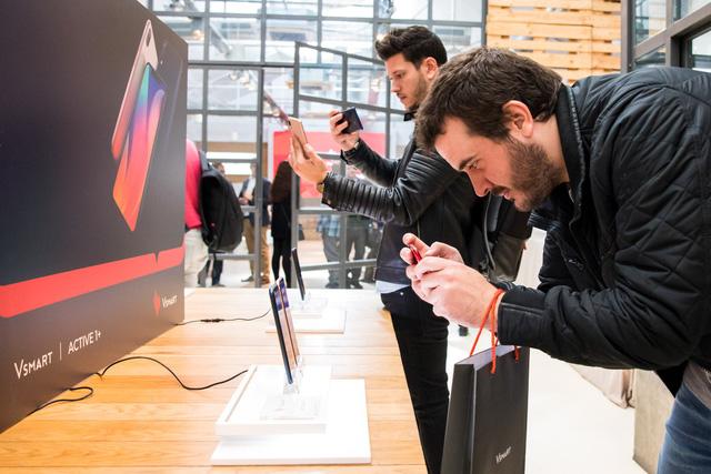 Điện thoại Vingroup chính thức lên kệ 90 cửa hàng ở Tây Ban Nha - Ảnh 1.