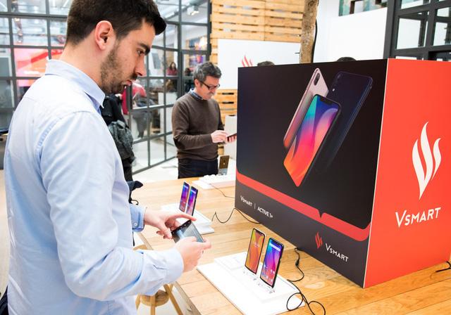 Điện thoại Vingroup chính thức lên kệ 90 cửa hàng ở Tây Ban Nha - Ảnh 2.