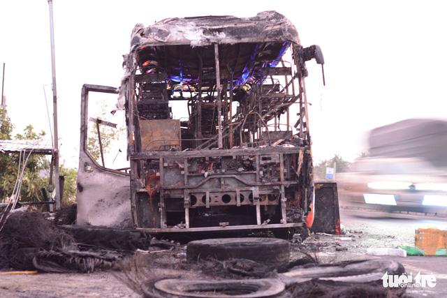 Xe giường nằm cháy trơ khung trên quốc lộ 1 - Ảnh 1.