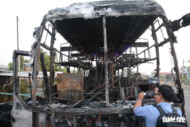 Xe giường nằm cháy trơ khung trên quốc lộ 1 - Ảnh 4.