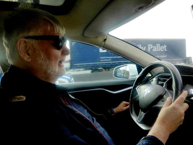 Na Uy lắp trạm sạc không dây đầu tiên thế giới cho taxi điện - Ảnh 1.