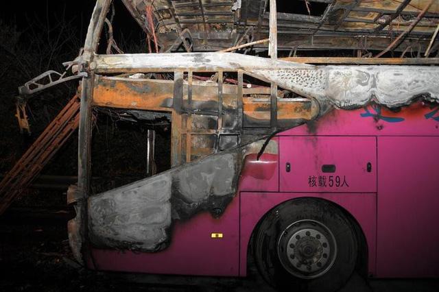Cháy xe buýt du lịch, ít nhất 26 người chết - Ảnh 1.