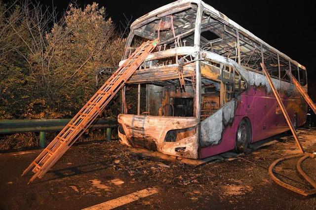 Cháy xe buýt du lịch, ít nhất 26 người chết - Ảnh 2.