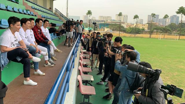 Cựu danh thủ Ahn Jung Hwan mặc áo vinh danh HLV Park Hang Seo - Ảnh 3.