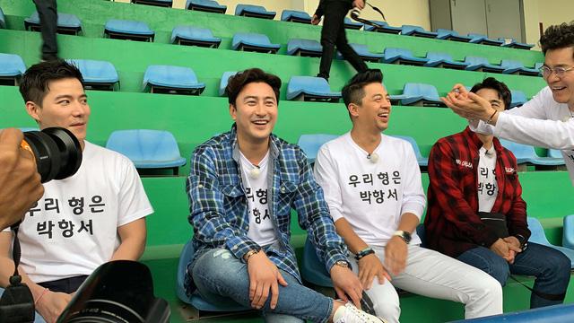 Cựu danh thủ Ahn Jung Hwan mặc áo vinh danh HLV Park Hang Seo - Ảnh 1.
